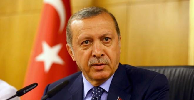 Erdogan, durante su rueda de prensa en el aeropuerto Atarturk de Estambul. / EFE