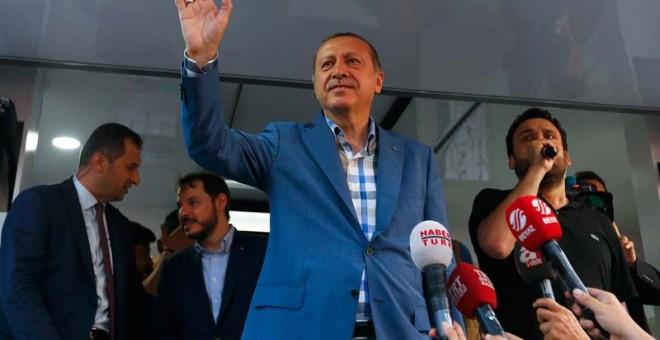 Erdogan saluda a sus seguidores en Estambul. / REUTERS