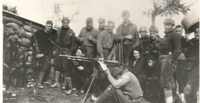 Orwell, con el brazo en cabestrillo, en Monflorite. Debajo su mujer Eileen