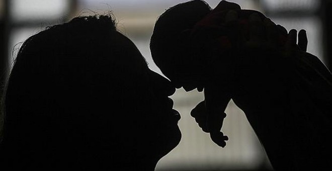 Una mujer sostiene a su nieta, nacida con microcefalia en Brasil.- EFE