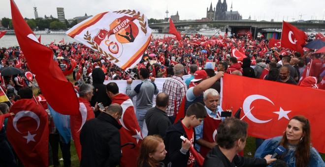 Manifestantes a favor del presidente turco Erdogan salen a la calle en Turquía para protestar contra el golpe de Estado que intentó derrocarlo. EFE/EPA/HENNING KAISER
