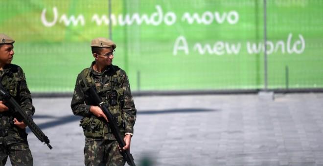 Soldados brasileños patrullan cerca del Parque Olímpico, - AFP