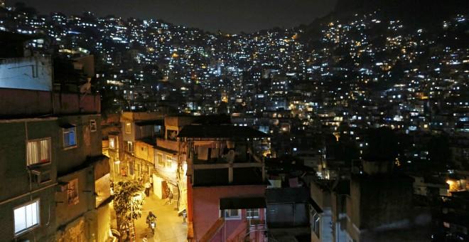 Una imagen nocturna de la favela Rocinha. - REUTERS