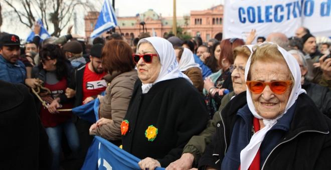 La presidenta de la asociación argentina Madres de Plaza de Mayo, Hebe de Bonafini (c), tras negarse a declarar ante el juez, respaldada por cientos de argentinos en Buenos Aires. EFE/Alberto Ortiz