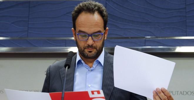 El portavoz del Grupo Socialista, Antonio Hernando, durante la rueda de prensa posterior al registro de una petición para crear una comisión de investugación sobre la financiación ilegal del PP. EFE/Ballesteros