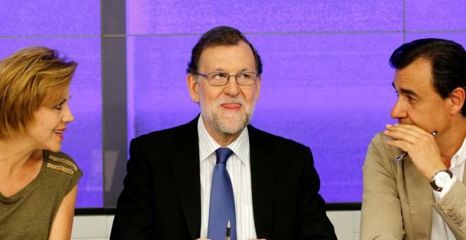 El presidente del PP, Mariano Rajoy, flaqueado por la secretaria general del partido, Maria Dolores de Cospedal, y el vicesecretario general de Organizació, Fermando Martínez Maillo. REUTERS