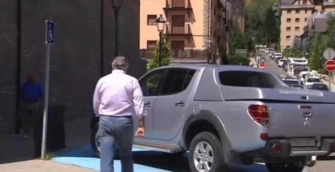 Luis Bárcenas ha aparcado su coche en una zona para discapacitados fuera del juzgado de Vielha.