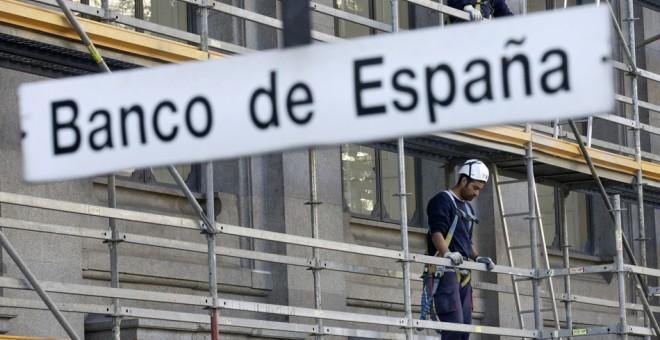 Letrero de la estación de Metro de 'Banco de España' con el edificio en obras al fondo. REUTERS
