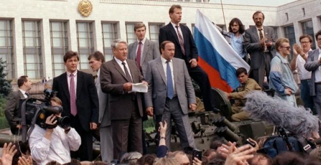El primer presidente de Rusia, Boris Yeltsin, reunido con el antigo Consejo de Ministros sobre un tanque el día del golpe de Estado. REUTERS