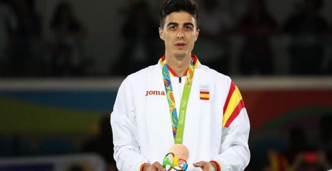 Joel González posa con la medalla de bronce conseguida. EFE