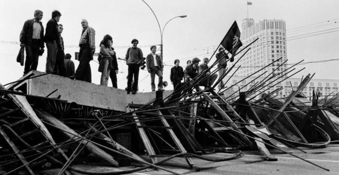 Personas de pie sobre una barricada levantada frente a la Casa Blanca Rusa. AFP