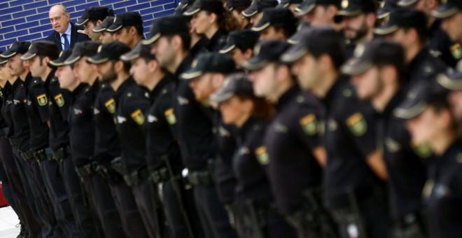 El ministro del Interior, Jorge Fernández Díaz, con agentes de la Policía Nacional/EFE