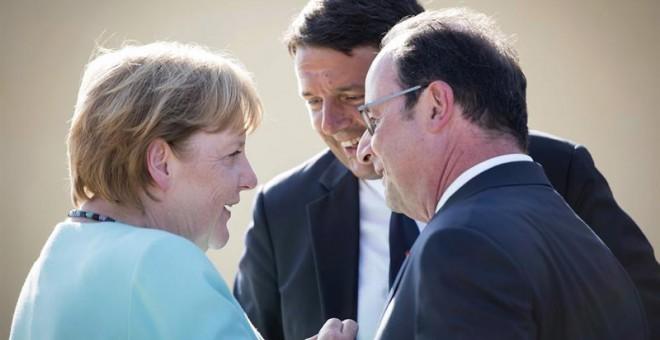 Fotografía facilitada por el gobierno federal alemán que muestra al primer ministro de Italia, Matteo Renzi (c), el presidente de Francia, François Hollande (d), y la canciller de Alemania, Angela Merkel (i), durante su encuentro en la isla Ventotene, Ita