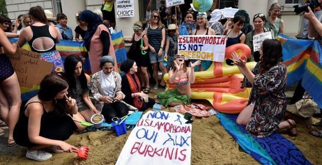 """Un grupo de personas participa en una protesta bajo el lema """"Lleva lo que quieras"""" en el exterior de la embajada francesa en Londres, Reino Unido. / EFE"""