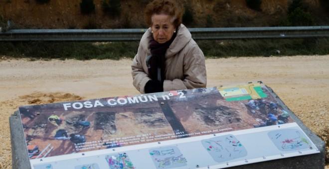 Una familiar de represaliados durante la Guerra Civil visita la fosa común de La Pedreja, en Burgos.- OSCAR RODRÍGUEZ/ARANZADI