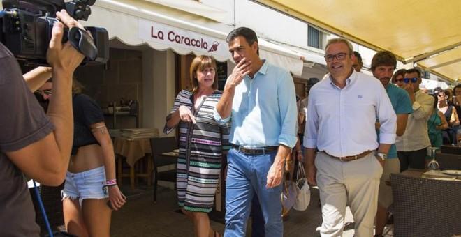 El secretario general del PSOE, Pedro Sánchez (c), acompañado de la presidenta de las Islas Baleares, Francina Armengol, y el líder de los socialistas ibicencos, Vicent Torres. EFE/Sergio G. Canizares