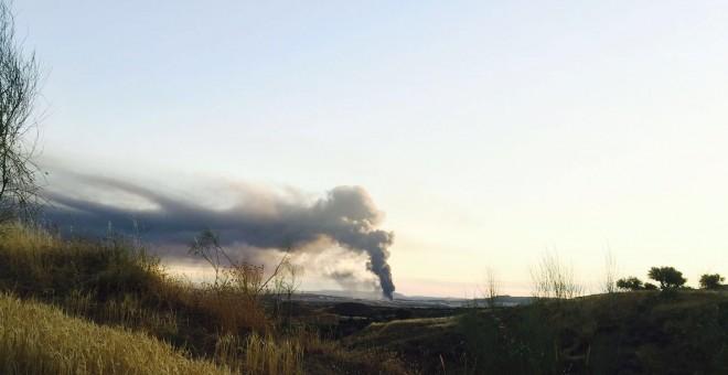 La nube tóxica generada por el incendio en la nave de Chiloeches visible desde el corredor del Henares en la mañana de este sábado. JAIME DÍAZ GARCÍA