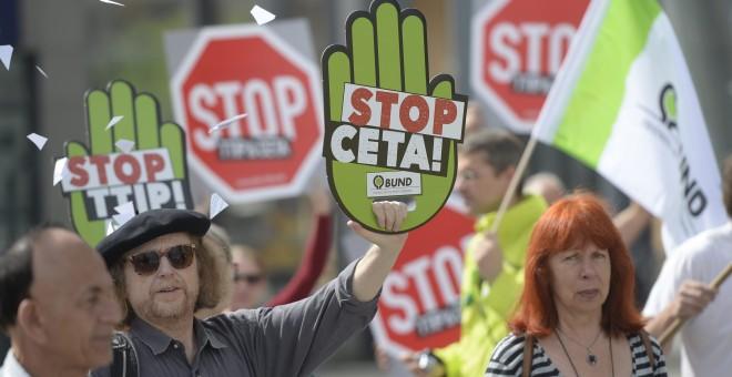 Manifestantes que han participado en la marcha en Berlín contra los tratados CETA y TTIP que negocia la UE con los EEUU. EFE/EPA/MAURIZIO GAMBARINI