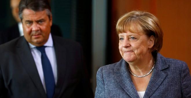 El ministro de Economía de Alemania, Sigmar Gabriel, junto a la canciller alemana, Angela Merkel, en una imagen de archivo. REUTERS