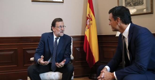 Sánchez y Rajoy durante su reunión.- REUTERS