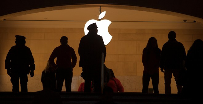 Varias personas en la tienda de Apple de la Estación Grand Central de Nueva York.-REUTERS