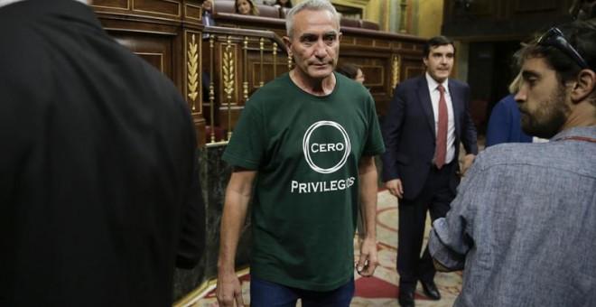 El diputado de Unidos Podemos Diego Cañamero llega al hemiciclo con una camiseta con el eslogan 'Cero privilegios', en la primera jornada del debate de investidura del presidente del Gobierno en funciones, Mariano Rajoy, esta tarde en el Congreso de los D