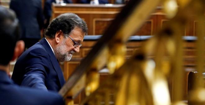 El candidato del PP a la investidura y presidente del Gobierno en funciones, Mariano Rajoy, junto a su escaño en el Congreso de los Diputados, en la segunda sesión del debate de investidura. REUTERS/Andrea Comas