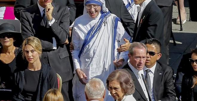 La actual superiora de las misioneras de la caridad, Mary Prema Pierick, llega a la ceremonia de canonización de Teresa de Calcuta en el Vaticano. Delante, la reina Sofia. EFE/EPA/FABIO FRUSTACI