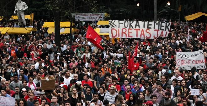 Manifestantes durante la protesta de este domingo en Sao Paulo contra el Gobierno de Temer. - REUTERS