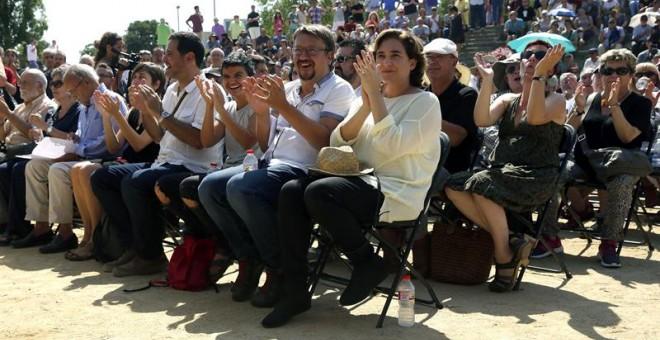 El líder de En Comú Podem, Xavier Domenech, junto a la alcaldesa de Barcelona, Ada Colau, durante el acto de conmemoración del 40 aniversario de la primera manifestación que se realizó un 11 de septiembre. /EFE