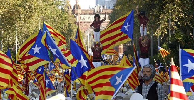 """Formación de un castell durante la manifestación en Barcelona de la Diada que este año se ha celebrado bajo el lema """"A punt"""", en favor de la independencia. EFE/Marta Pérez"""
