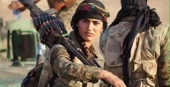 Imagen de Asia Ramazan Antar, conocida como la 'Angelina Jolie kurda', preparándose para el combate en la frontera de Turquía/TWITTER