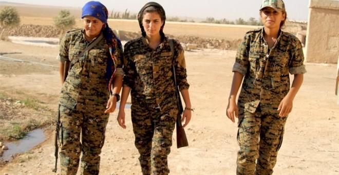 Viyan Antar, como se la conocía por su nombre de guerrillera, junto con otras dos compañeras de la Unidad de Defensa de las Mujeres/TWITTER