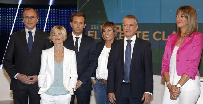 Los candidatos a lehendakari del PNV, Iñigo Urkullu (2-d); Podemos, Pili Zabala (2-i); PSE, Idoia Mendia (d); y PP, Alfonso Alonso (i), y la cabeza de lista de EH Bildu por Álava, Miren Larrion (3-d), junto al moderador Javier García Ramsdem (3-i). /EFE