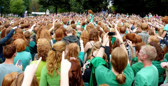 Cientos de personas pelirrojas en el festival anual Redheadday en 2012 que se celebra en Breda, Holanda. Eddy Van 3000