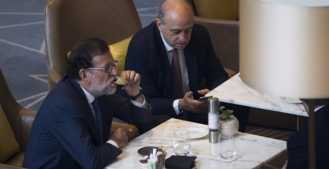 El presidente en funciones Mariano Rajoy y el ministro del Interior, Jorge Fernandez Díaz. EFE