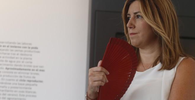 La presidenta de la Junta de Andalucía, Susana Díaz, se abanica durante la inauguración en la localidad cordobesa de Moriles del Centro de la Cultura del Vino. EFE/Salas
