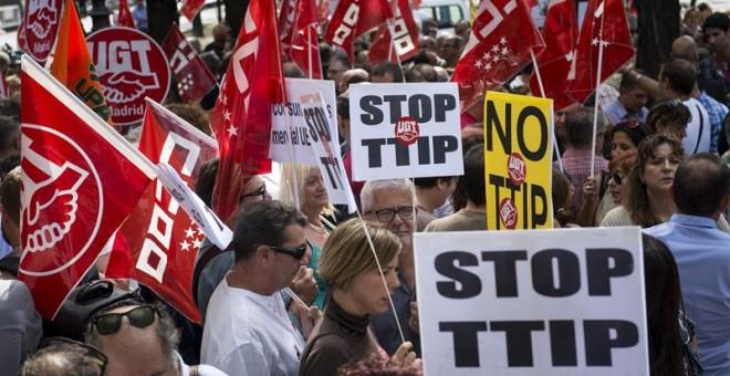 Los sindicatos UGT y CCOO han convocado una protesta contra el TTIP y el CETA ante el edificio de la Comisión Europea en Madrid/EFE