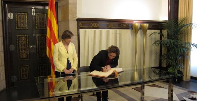 Ada Colau, en su reunión con Carme Forcadell, firma en el libro en el libro de honor del Parlamen/EUROPA PRESS