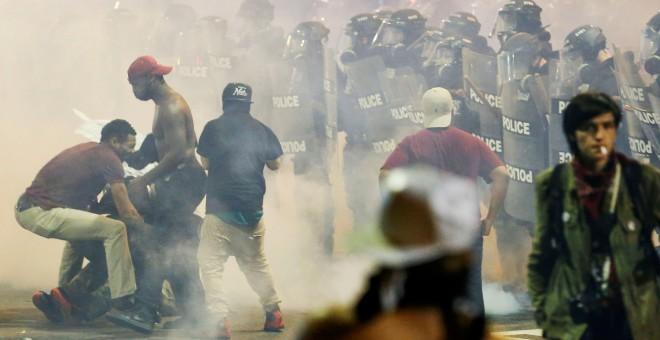 Momento de la protesta en Charlotte entre gases lacrimógenos y cordones policiales. /REUTERS
