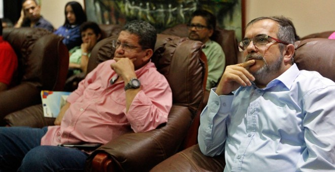 """El máximo líder de las FARC, Timoleón Jiménez, """"Timochenko"""" , y otros miembros de la comisión negociadora permanecen atentos desde La Habana a los resultados de la consulta popular. EFE"""