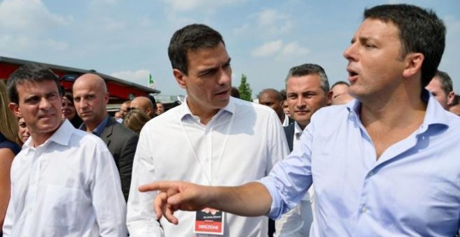 De izqda. a dcha., Manuel Valls, Pedro Sánchez y Matteo Renzi en Bolonia (Italia), durante un acto internacional. AFP