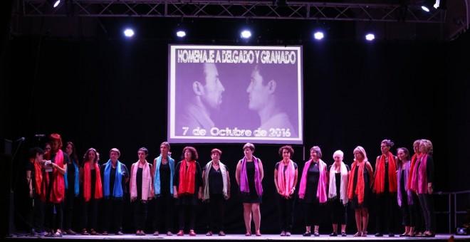 El coro Entredos cierra el acto de homenaje a Delgado y Granado./ SOS CARABANCHEL
