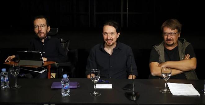 El secretario general de Podemos, Pablo Iglesias (c), junto al secretario de Organización, Pablo Echenique (i), y el portavoz de En Común Podem, Xavi Domènech, al inicio hoy del Consejo Ciudadano Estatal de la formación morada. EFE/Ballesteros