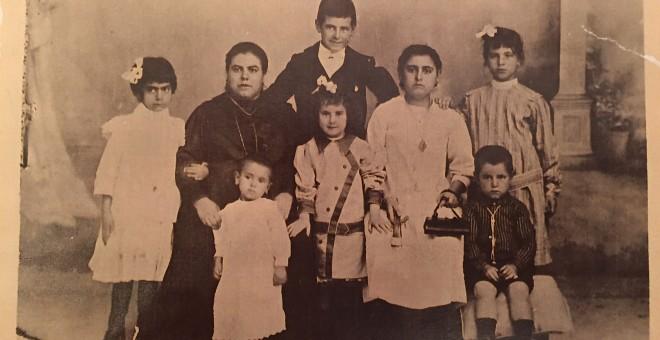 Catalina Alcaraz, con su madre y hermanos.