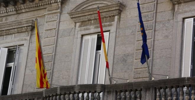 Banderas recogidas en el balcón del Ayuntamiento de Banyoles.
