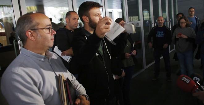 El primer teniente de alcalde de Badalona, Oriol Lladó, y el tercer teniente de alcalde, Josep Téllez, rompen la resolución de un juzgado contra su voluntad de abrir las dependencias municipales en el Día de la Hispanidad. EFE