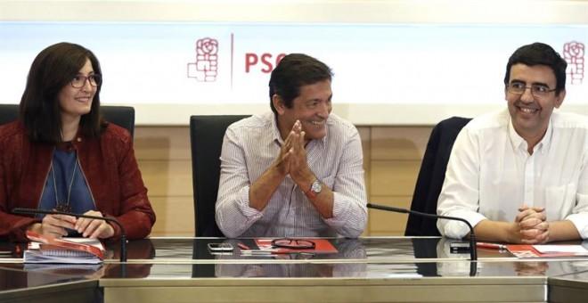 El presidente de la Comisión Gestora del PSOE, Javier Fernández (c), acompañado por el portavoz, Mario Jiménez (d), y la adjunta a Organización, Ascensión Godoy (i), durante la reunión celebrada hoy en la sede del partido. EFE/Chema Moya