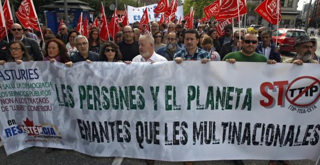 Cientos de personas se han manifestado hoy en Gijón contra el Tratado Transatlántico de Libre Comercio e Inversiones, TTIP por sus siglas en Inglés, por considerar que atentará contra el medio ambiente, las pequeñas y medianas empresas y los derechos de l