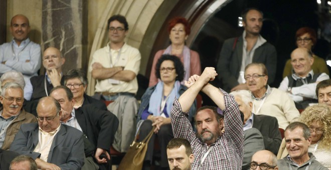 Familiares y amigos de las víctimas del franquismo siguen en la tribuna de invitados, la sesión del Parlament que ha acordado por unanimidad tramitar la proposición de ley  para declarar nulos los consejos de guerra durante la dictadura franquista.EFE/And